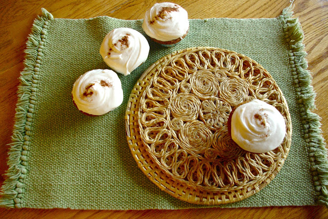 Sweet Potato Casserole Cupcakes | sweet potato cupcakes with marshmallow frosting turns this classic Thanksgiving dish into a delectable dessert! | www.thebatterthickens.com
