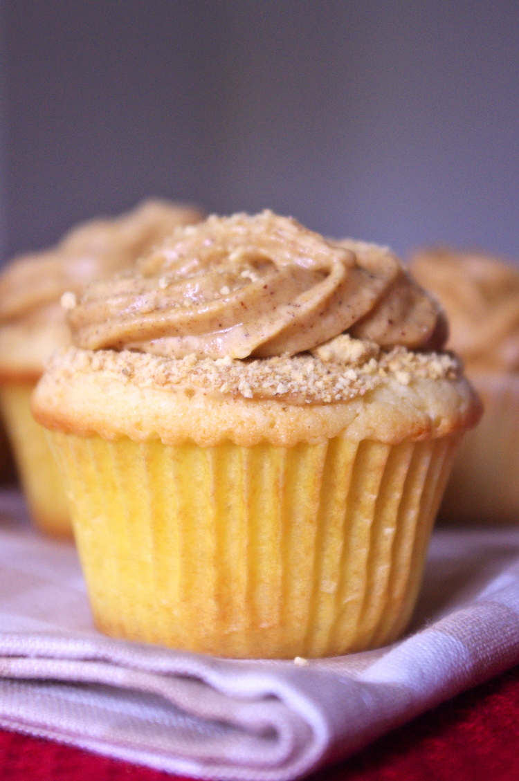 Reverse Pumpkin Cheesecake Cupcakes have a dense cheesecake cupcake with creamy pumpkin frosting and a sprinkle of graham cracker crumbs | www.thebatterthickens.com