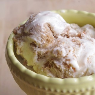 Cream Cheese Carrot Cake Ice Cream | www.thebatterthickens.com
